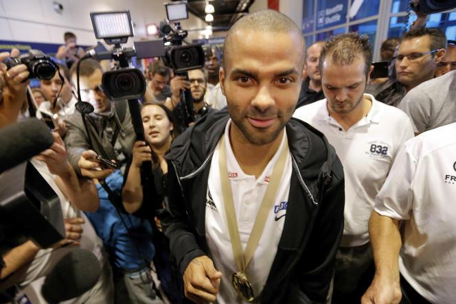 Tony Parker au milieu des journalistes après la victoire de l'équipe de France de basket à l'Euro, le 23 septembre.