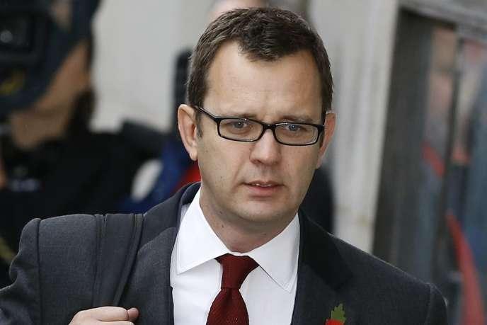 Andy Coulson, ancien directeur de la communication de David Cameron, et Rebekah Brooks sont aussi poursuvis pour avoir corrompu des fonctionnaires afin d'obtenir des informations.