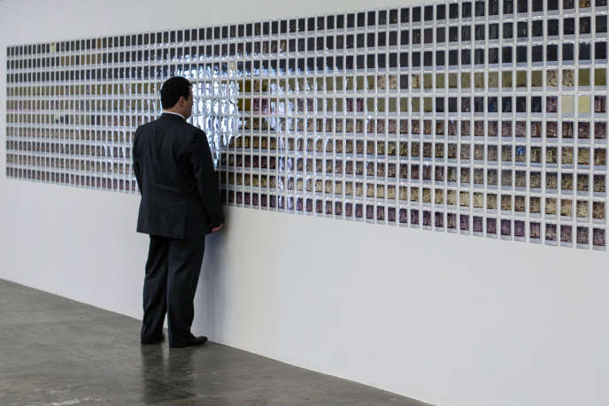 Un visiteur face à une œuvre de Horst Ademeit pendant la Biennale de Sao Paulo, au Brésil, le 4 septembre 2012.