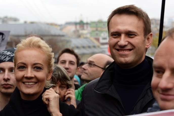 Selon les enquêteurs, Alexeï Navalny a créé une société il y a quelques années, et son frère Oleg, un responsable de la poste russe, a convaincu en 2008 Yves Rocher de signer avec celle-ci un accord pour le transport de colis à des prix très élevés.