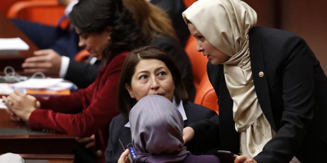 La députée Nurcan Dalbudak (à droite) à l'Assemblée nationale, le 31 octobre 2013.