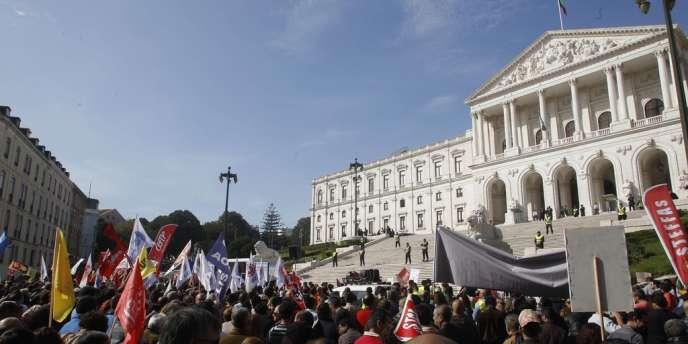 Manifestation devant le Parlement à Lisbonne pour protester contre l'austérité budgétaire, le 1er novembre.