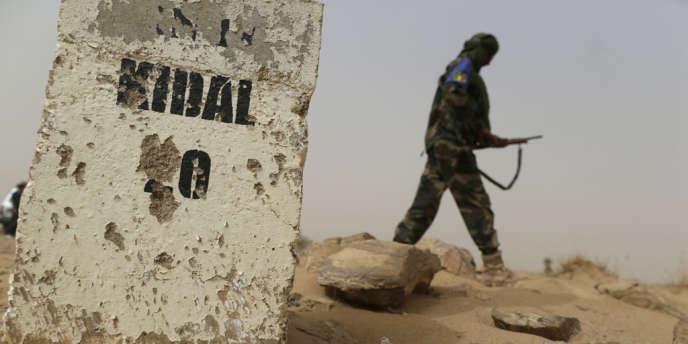 Un soldat malien sur la route entre Kidal et Gao, le 26 juillet.
