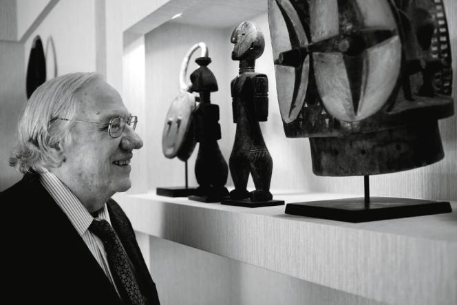 Dans sa maison  de Berverly Hills, Jay T. Last présente ses œuvres comme dans un musée.
