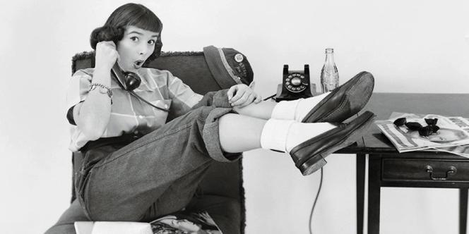 Au début des années 1940, on pousse les jeunes filles à porter des chaussettes plutôt que des collants, afin d'économiser le Nylon utilisé pour l'effort de guerre. Les socquettes deviennent alors très populaires et sont intégrées à l'uniforme des écolières.