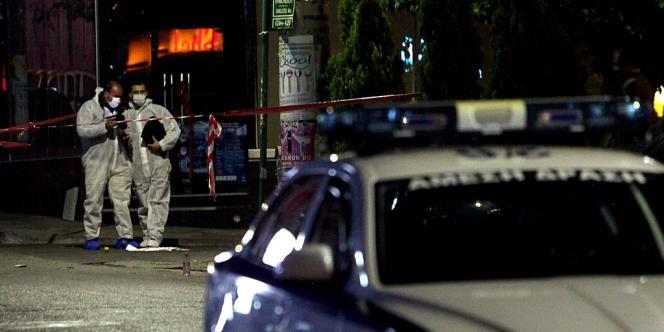 Deux personnes ont été tuées le 1er novembre par des coups de feu tirés près d'un local du parti néonazi Aube dorée dans la banlieue ouest d'Athènes.