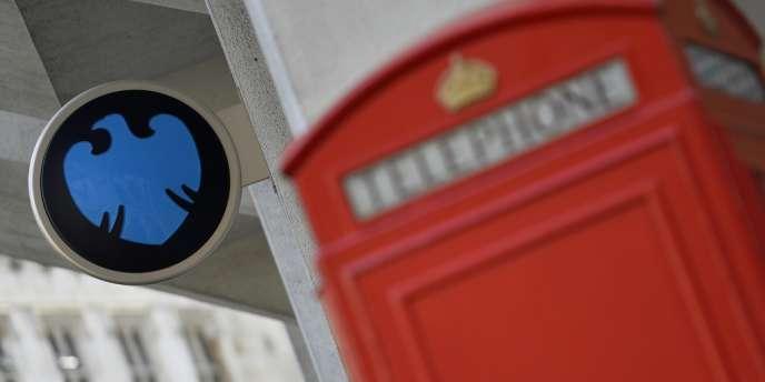 La banque Barclays, déjà déstabilisée l'an dernier par l'affaire des manipulations du taux interbancaire Libor, a révélé mercredi 30 octobre faire partie des banques dans le collimateur des autorités pour de possibles manipulations du marché des changes.