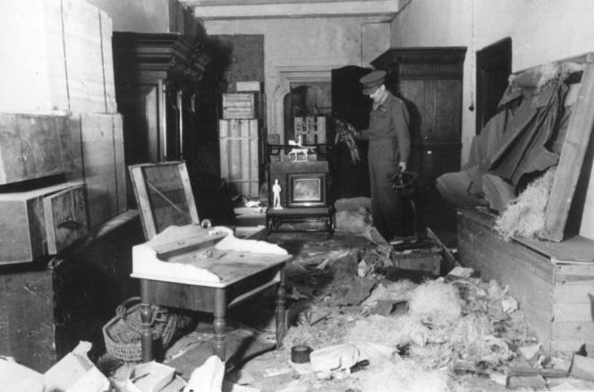 Un officier britannique à la recherche d'œuvres d'art confisquées par les nazis dans un manoir de Westphalie, peu après la seconde guerre mondiale.