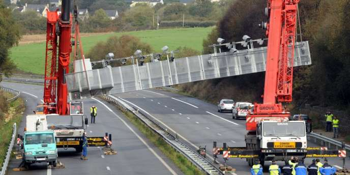 Le démantèlement d'un portique écotaxe à Pont-de-Buis, le 31 octobre.