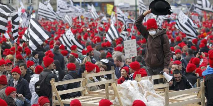 Entre 15 000 et 30 000 personnes se sont réunies samedi 2 novembre à Quimper, place de la Résistance, pour conserver l'emploi en Bretagne.