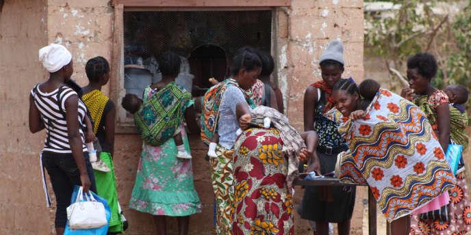 Des femmes viennent récupérer des moustiquaires pour leurs enfants à la clinique de Waterfalls, dans la province de Lusaka, en Zambie.