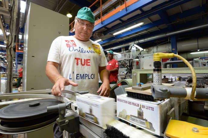 Gérard Cazorla, secrétaire CGT du comité d'entreprise, lors de la création des 5 000 boîtes de tilleul
