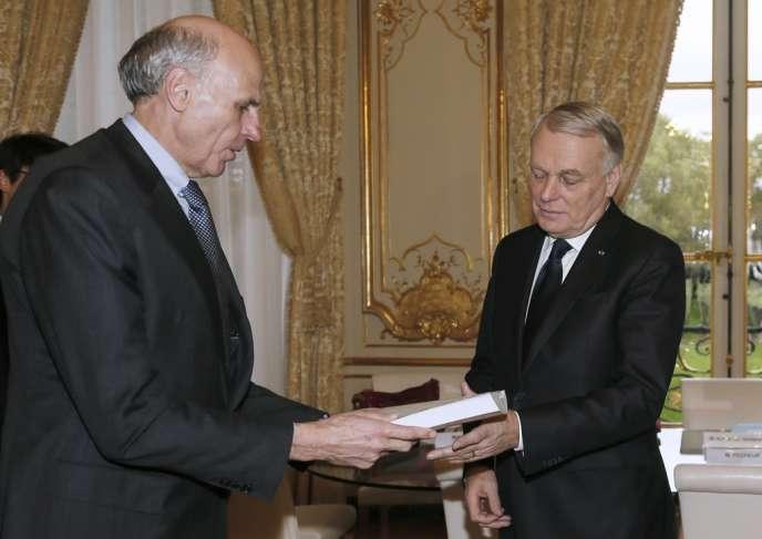 Bernard Pêcheur remet son rapport sur la fonction publique au premier ministre Jean-Marc Ayrault, le 4 novembre à Matignon.