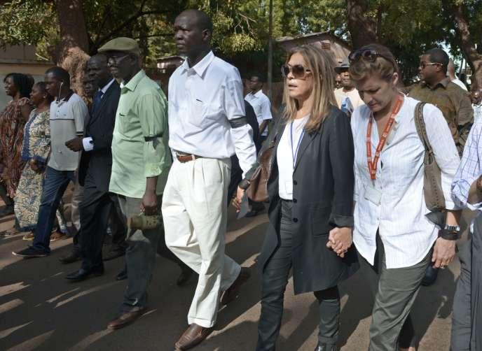 La présidente de France Médias Monde, Christine Saragosse (deuxième en partant de la droite), et la directrice de Radio France Internationale (RFI), Cécile Megie (à droite), lundi 4 novembre à Bamako, lors de la marche silencieuse organisée en mémoire de Ghislaine Dupont et Claude Verlon, les deux envoyés spéciaux français de RFI assassinés dans la ville de Kidal.