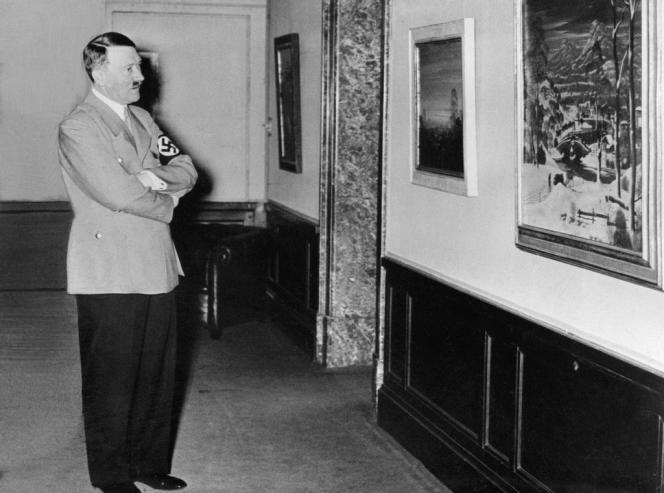 Photo non datée d'Hitler visitant une exposition de tableaux.