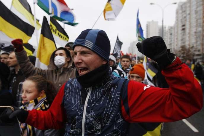 Environ 3 000 nationalistes exhibant des drapeaux noir-jaune-blanc – couleurs de la Russie impériale – ont commencé à défiler dans une rue délimitée des deux côtés par des barrières métalliques sous étroite surveillance de la police