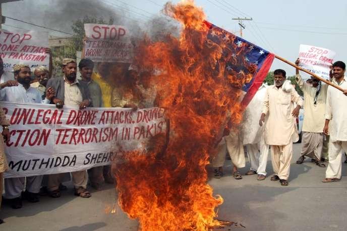 Manifestation antiaméricaine à Multan (Pendjab) après la mort du chef taliban Hakimullah Mehsud  du Tehrik-e-Taliban Pakistan (TTP), tué par un drone, samedi 2 novembre.