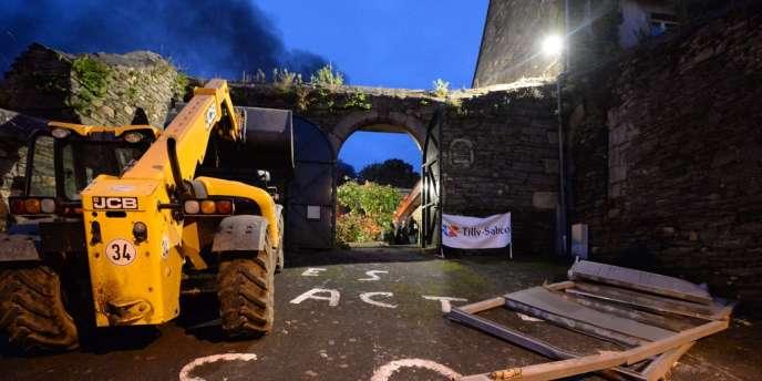 La grille de la sous-préfecture de Morlaix a été détruite le 4 novembre 2013 lors d'un rassemblement en soutien aux salariés du volailler finistérien.