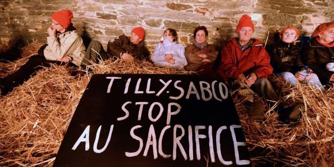 La grille de la sous-préfecture de Morlaix a été détruite lors d'un rassemblement en soutien aux salariés du volailler finistérien.
