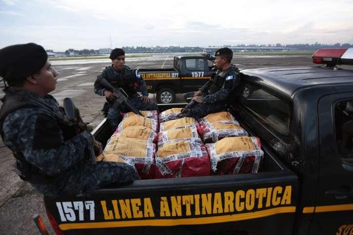 Le 23 octobre, des militaires guatémaltèques transportent des sacs de cocaïne saisis lors d'une opération antidrogue qui aurait été menée conjointement avec l'agence antidrogue américaine dans la région d'Izabal.