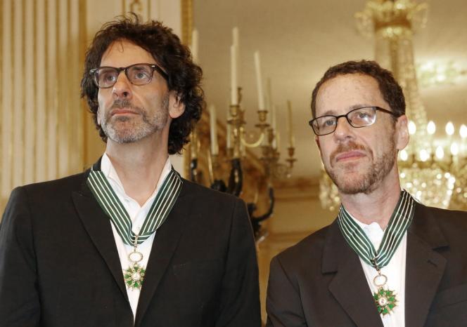 Joel et Ethan Coen lors d'une cérémonie au ministère de la culture à Paris, le 16 octobre 2013.