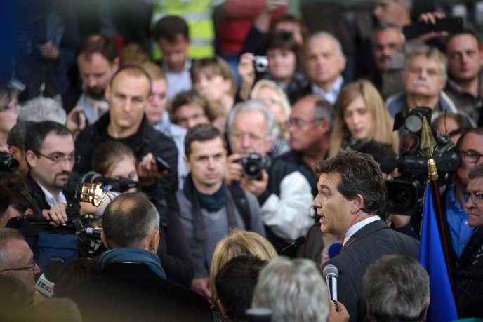 Le ministre du redressement productif, Arnaud Montebourg, au milieu de salariés de l'entreprise de textile Virtuose, à Hirsingue (Haut-Rhin), le 18 octobre.