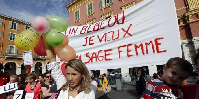Les sages-femmes sont en grève depuis trois semaines pour obtenir un statut médical qui leur permettrait d'être mieux rémunérées. Ici, une manifestation de soutien à Nice, le 26 octobre.