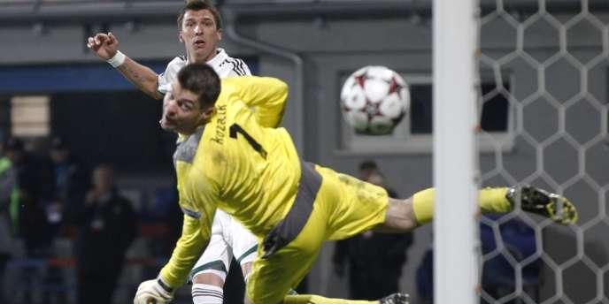 Le joueur du Bayern Mario Mandzudic marque en but pendant le match de ligue des champions contre Viktoria Pilsen, en République tchèque, le 5 novembre.