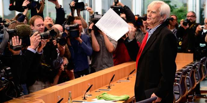Le député Vert Hans-Christian Ströbele s'adresse à la presse, le 1er novembre 2013 à Berlin, à son retour de Moscou où il avait rencontré Edward Snowden la veille.