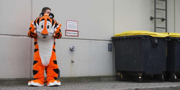 Un homme avec un déguisement de Tiger, une des mascottes de Kellogg's, lors d'un salon agroalimentaire à Berlin, en janvier.