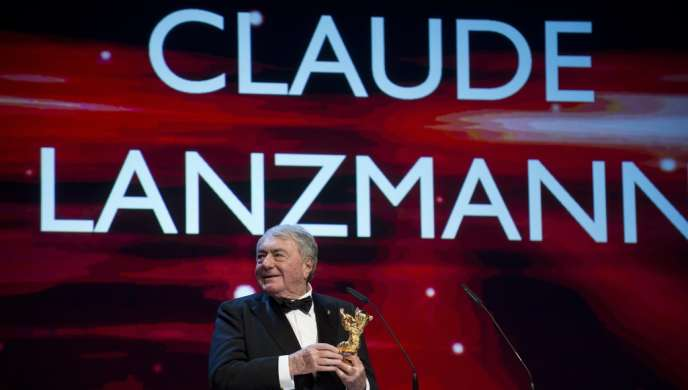 Le réalisateur Claude Lanzmann avec son Ours d'or d'honneur au Festival du film de Berlin, le 14 février 2013.