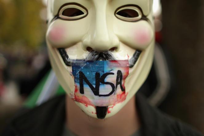 Aux Etats-Unis, en 2013, le lanceur d'alerte Edward Snowden dévoile un vaste programme d'écoutes numériques et téléphoniques piloté par l'Agence de sécurité nationale (NSA).