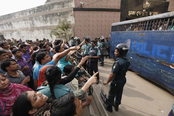 Arrivée à Dacca (Bangladesh), mardi 5 novembre 2013, des inculpés pour le procès en mutinerie d'anciens soldats de Bangladesh Rifles.