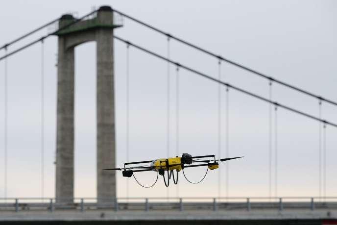 Un drone de surveillance, près du viaduc ferroviaire de Roquemaure (Gard).