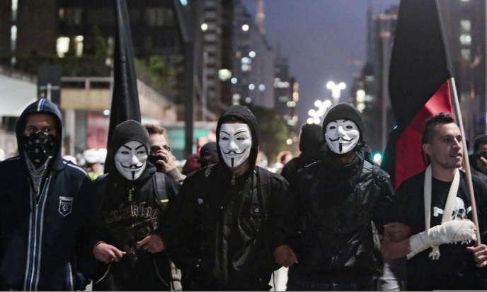 Commémoration de la Journée mondiale Guy Fawkes le 5 novembre 2013 à Sao Paulo, Brésil.