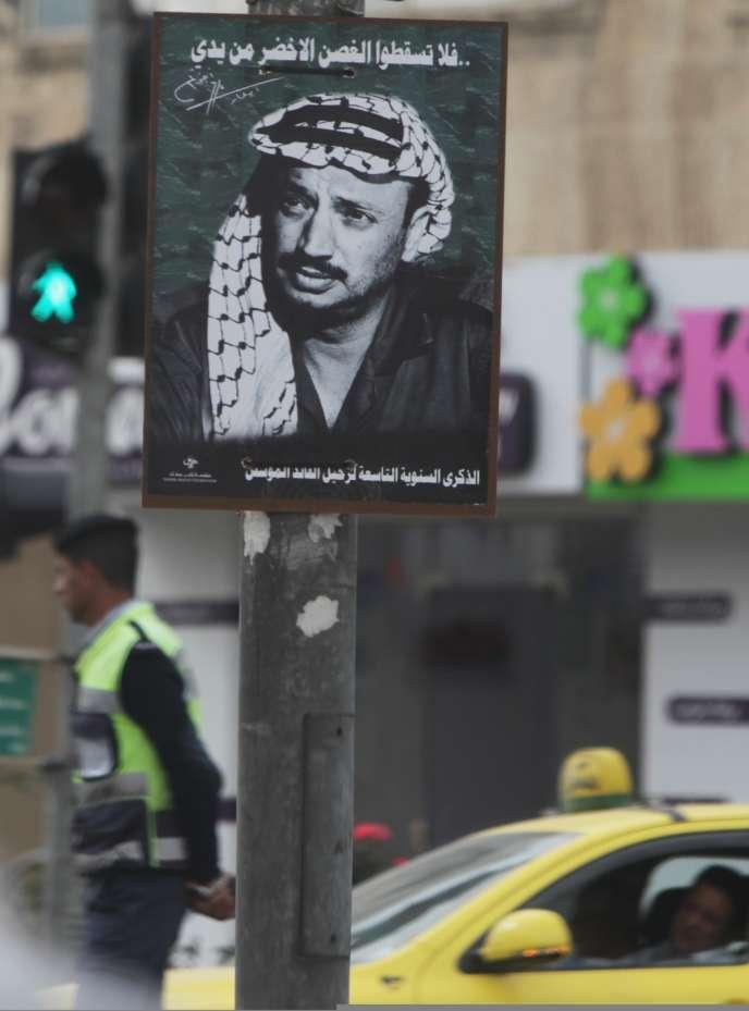 Une affiche à la mémoire de Yasser Arafat à Ramallah, en Cisjordanie.