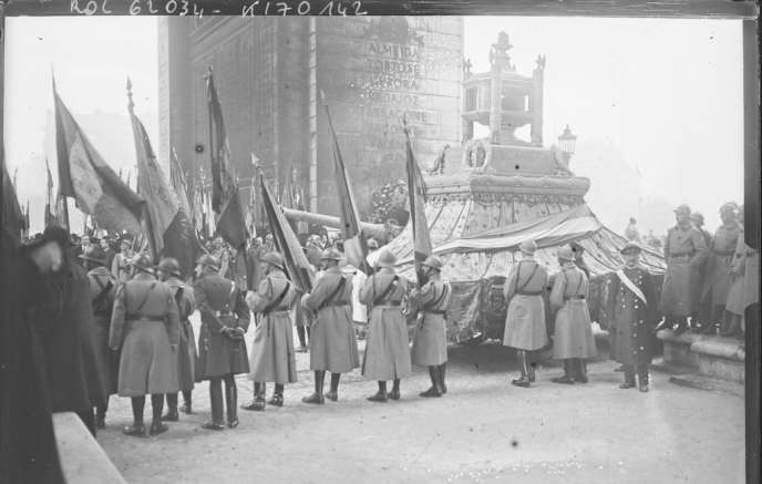Cérémonies du 11 novembre 1920, le char décoré transportant le cœur de Gambetta et le canon transportant le cercueil du soldat inconnu devant l'Arc de triomphe, photographie de presse de l'Agence Rol.