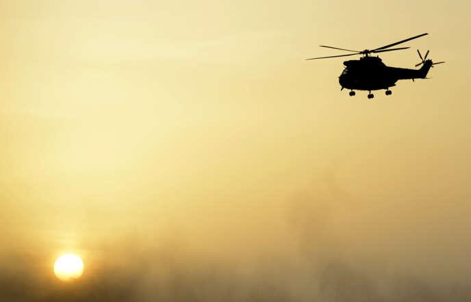 Un hélicoptère Puma de l'armée française, près de Bourem, dans le nord du Mali, le 1er novembre.
