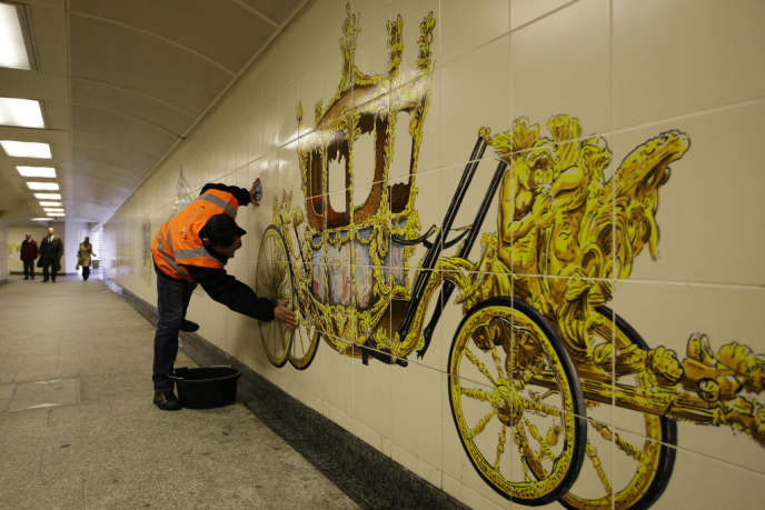 Station de métro Hyde Park Corner, Londres, le 29 avril 2011. Un délinquant condamné pour un délit mineur nettoie ce mur en vue de la préparation du mariage royal de Kate Middleton et du prince William.