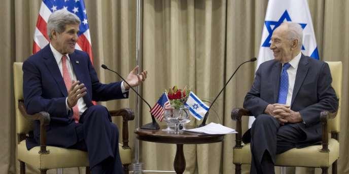 Le secrétaire d'Eat américain John Kerry en visite à Jérusalem, s'entretient avec le président israélien Simon Pérès, mercredi 7 novembre 2013.