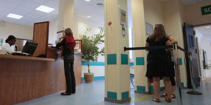 Des patients font la queue dans une file d'attente à l'institut Alfred-Fournier, où un centre de planification et d'éducation familiale a été inauguré, le 27août 2009, à Paris. La Mairie de Paris a mis en place l'IVG par voie médicamenteuse dans les centres de planification.
