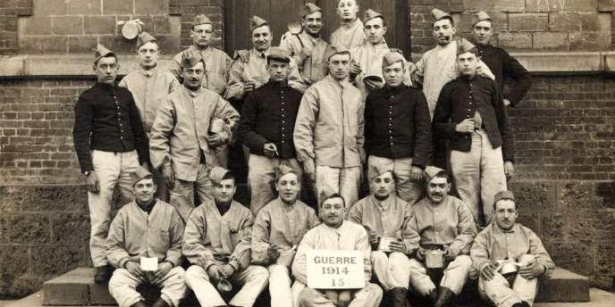 Des soldats posent pour une photographie de groupe, en 1914.