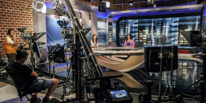 Des journalistes d'ERT diffusent un reportage au siège de la télévision nationale à Athènes, en juillet 2013.