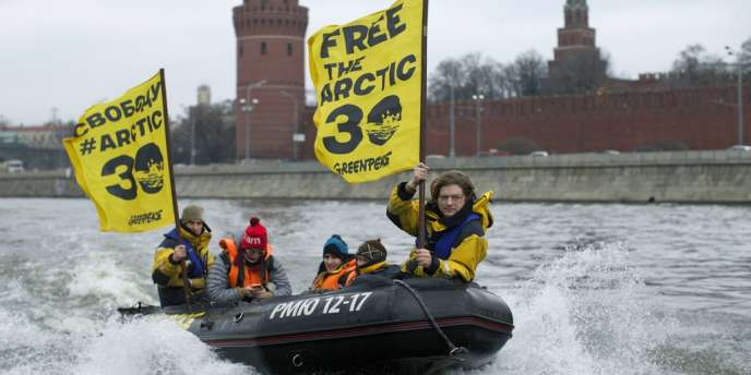 Des militants de Greenpeace, sur la Moskova, à Moscou, arborent une banderole pour la « libération des 30 », mercredi 6 novembre.