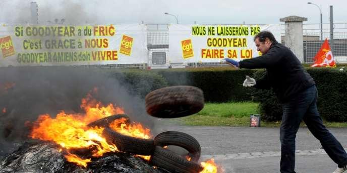 Les ouvriers d'Amiens-Nord ont bloqué l'accès à l'usine, jeudi, alors qu'au siège du groupe, à Rueil-Malmaison, la direction annonçait aux syndicats la clôture de la procédure d'information, préalable à la fermeture du site.