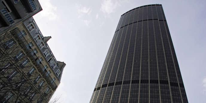 Entamés en 2005, les travaux de désamiantage de la tour coûtent 250 millions d'euros, selon les copropriétaires. La fin du chantier n'est pas prévue avant 2017.