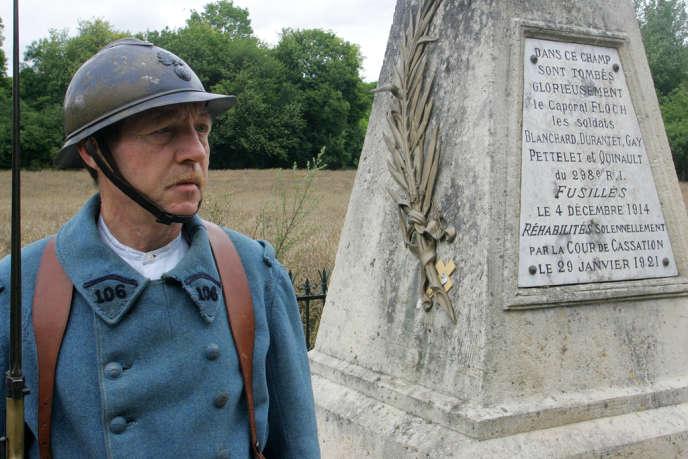 Un membre de l'association Soissonnais 1914-1918 devant un monument dédié à six soldats fusillés le 4 décembre 1914, pour des faits de mutinerie, de refus d'obéissance ou d'automutilation.