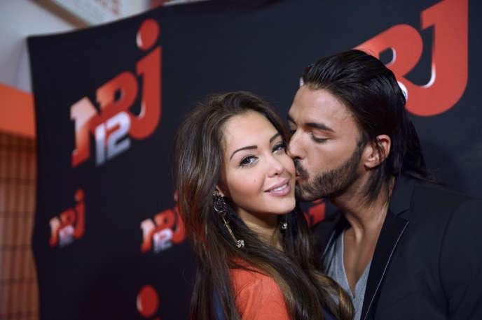 Nabilla Benattia pose avec son conjoint Thomas au siège de NRJ, le21octobre.