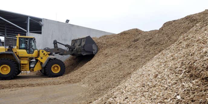 Dans un centre de tri de biomasse à Metz. Michelin envisage de produire ses pneus grâce à cette matière première qui remplacerait le pétrole.
