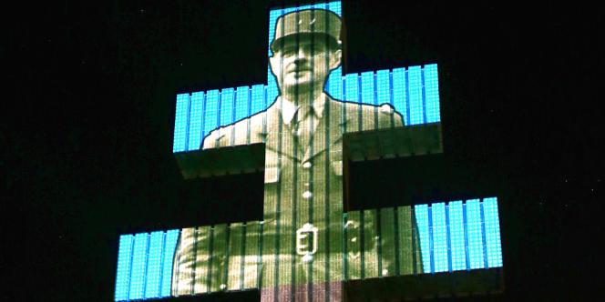 La silhouette du général De Gaulle projetée sur la croix de Lorraine, à Colombey-les-Deux-Eglises, le 14 juillet 2013.